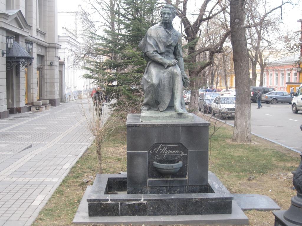 Памятник Пушкину на улице Пушкина в Симф