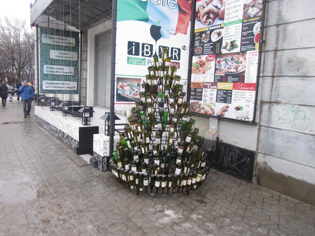 Елка из бутылок в Симферополе