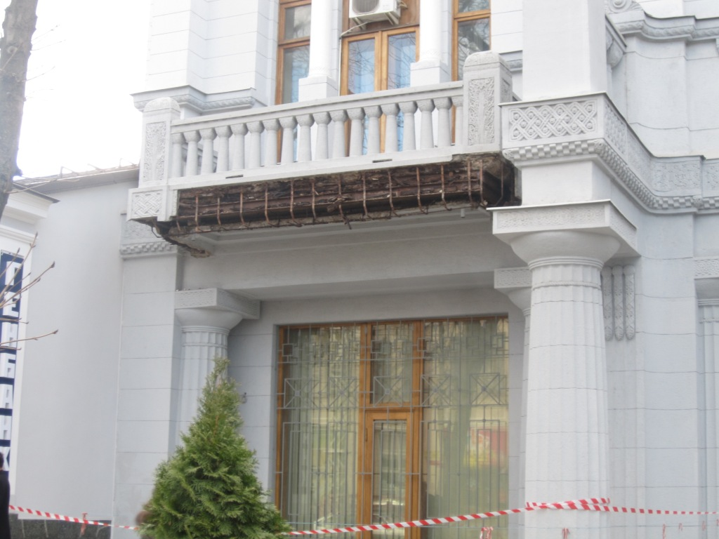 На здании НБУ обвалился балкон
