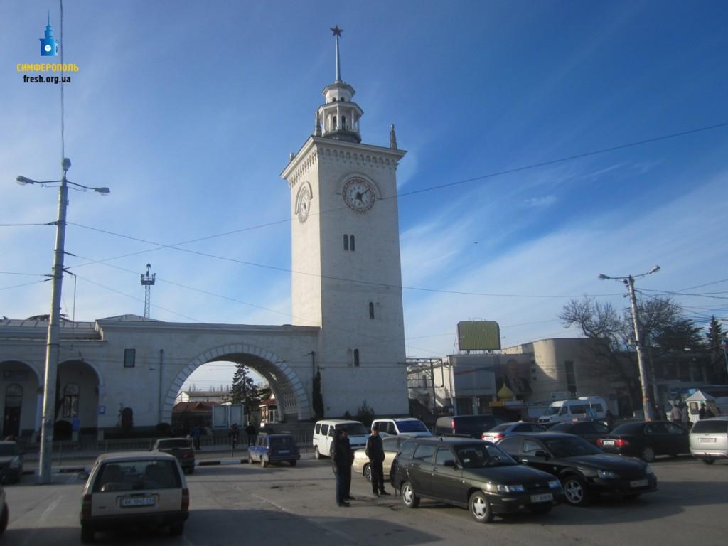 Часовая башня на вокзале Симферополя