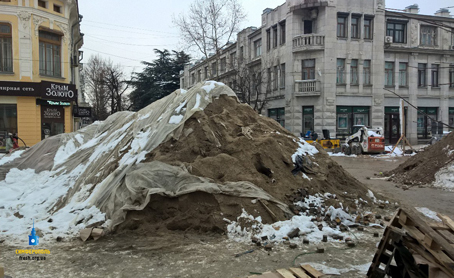Огромная куча песка на перекрестке
