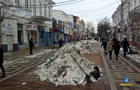 Кое-где убирают снег
