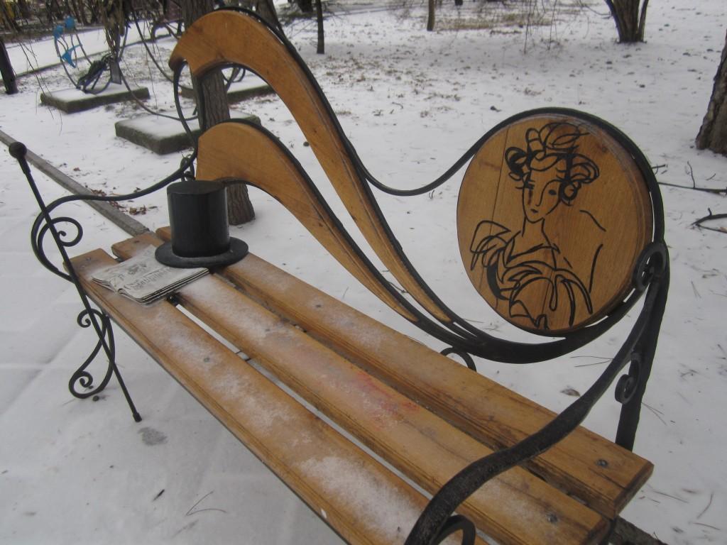 Пушкинская скамья в Крыму в снегу