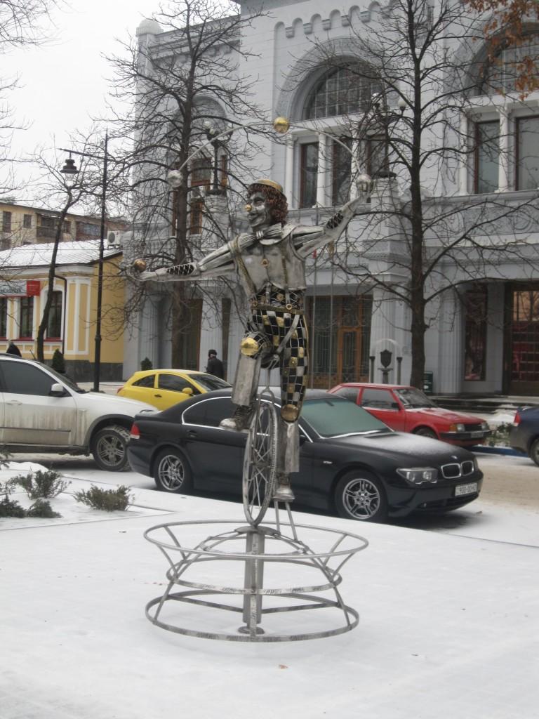 Все скульптуры в Симферполе заносит снег