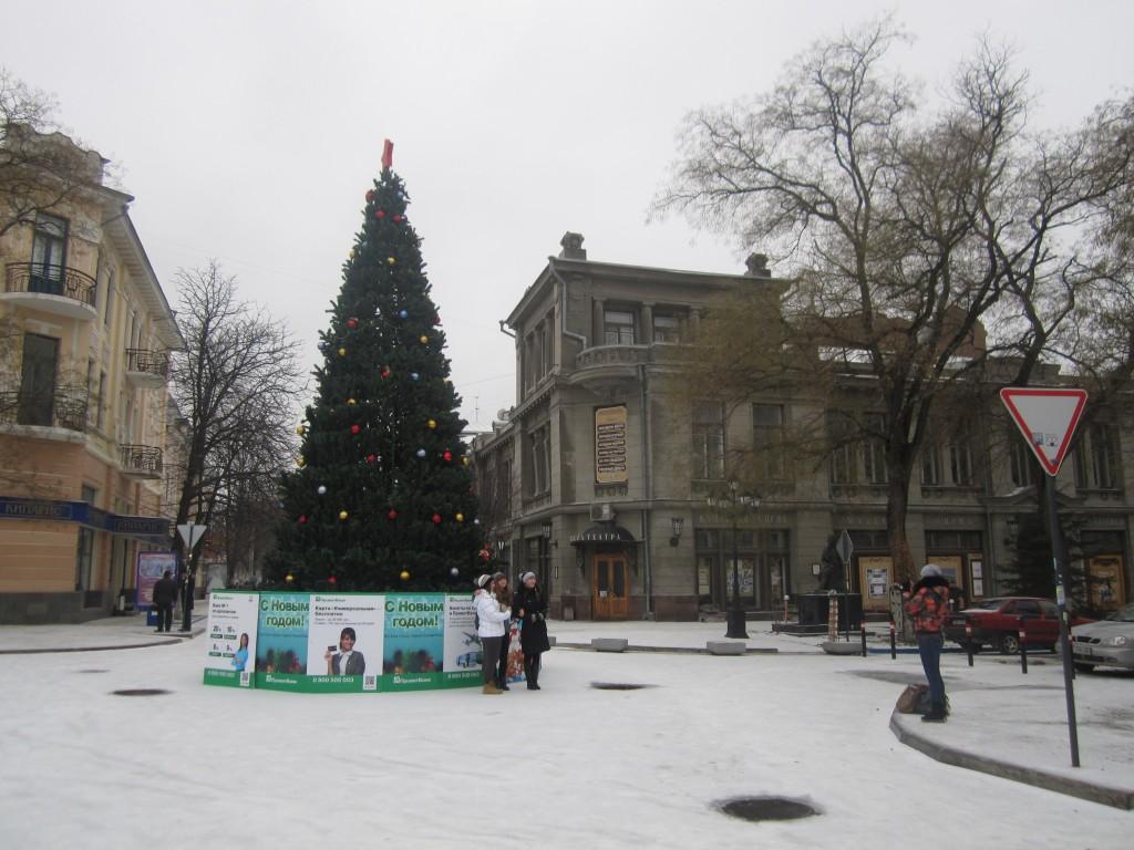В Симферополе ставят елки