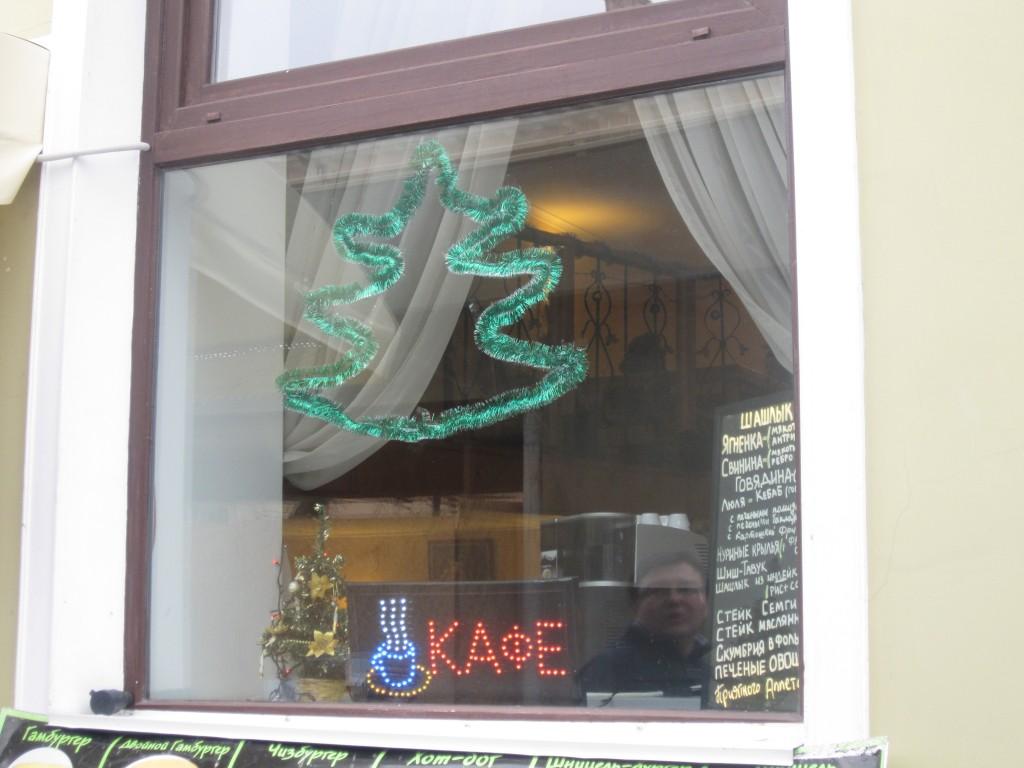 В Симферополе украшают магазины к Новому