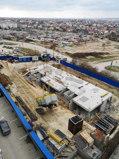 В Севастополе на стройке упал кран