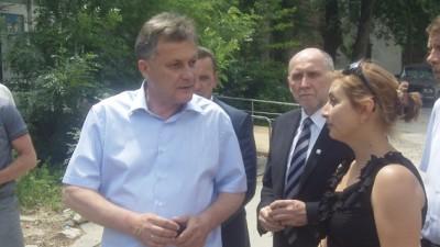 Виктор Агеев слушает о посадке новых дереьев