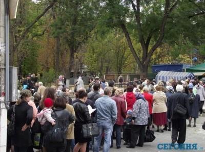 Симферопольцы вместо выборов пошли смотреть на христианскую святыню (фото)