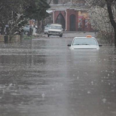 В Евпатории дождь топит машины